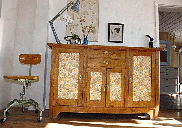 Nytt på et blunk: Det gamle skapet i flammebjørk som fikk retrotapet på en-to-tre. Kontorstolen i hjørnet har An-Magritt Moen fått av sin far, som har laget den selv.
