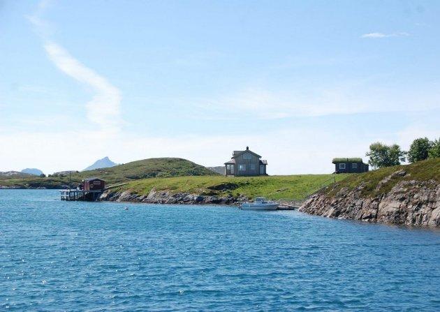 Rett ved Rødøya ligger Bukkøy. Her har Carl Erik Bergwitz-Larsen og Maria Bikset kjøpt sitt sommerparadis.