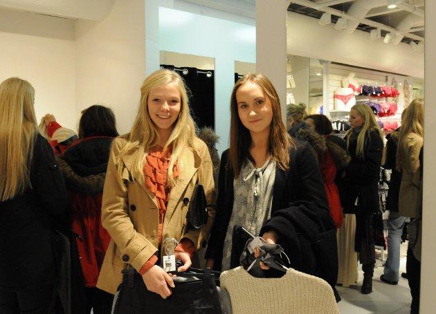 Vilde Karoline Karlsen (t.v.) og Alina Karlsen likte veldig godt at Gina Tricot endelig har kommet til Bodø.