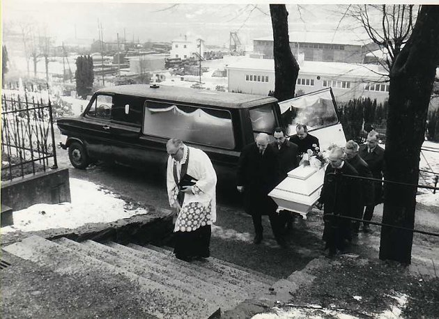 Isdalskvinnen bæres til en umerket grav av seks politimenn. Begravelsen finner sted på Møllendal 5. februar 1971 og ledes av den katolske soknepresten Franz Josef Fischedieck.