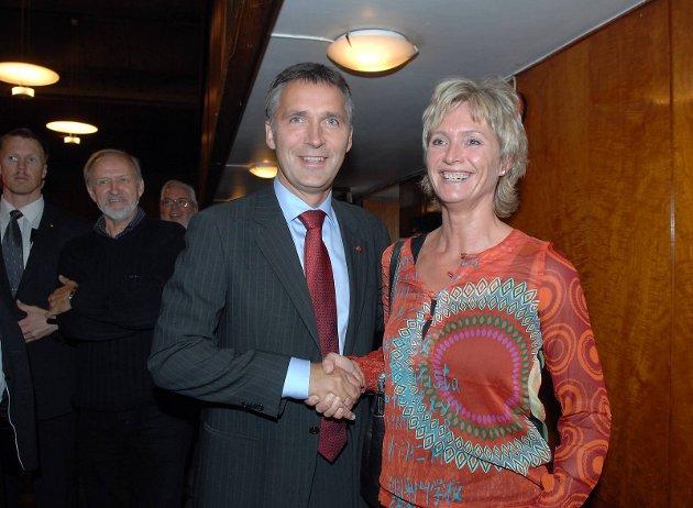 NY: Tove Lise Torve (Ap) er utdannet sykepleier. Hun har jobbet i hjemmesykepleien, sykehjem og sykehus. Her sammen med statsminister og Ap-leder Jens Stoltenberg.