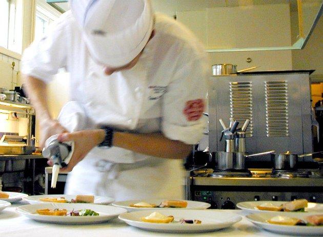 NHO Reiseliv skal rekruttere ungdom til å søke på utdanningene kokk og servitør, men også utdanninger som resepsjonist og reiselivsmedarbeider.