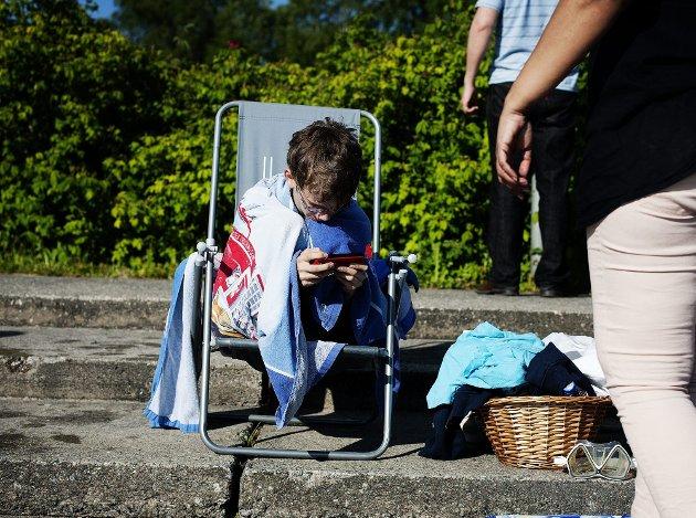 PUST I BAKKEN   Magnus Valsgård (11) tar seg en pause ved bassengkanten.