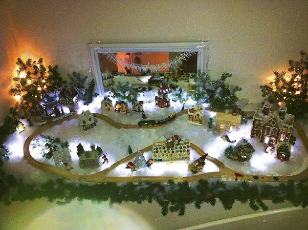 - Her er julebyen vår som hele familien hjelper til med å lage. Barna har laget pepperkakehusene, og så har vi spedd på med tømmerhus og litt forskjellige andre småhus samt en drøss med små nisser, folk og dyr. Et bateridrevet Brio nisse-tog går rundt hele byen. Vi bruker hele desember på å gjøre byen ferdig, og dette kommer vi i skikkelig god julestemning av:-)) God Jul, hilser familien  Vik Pettersen.