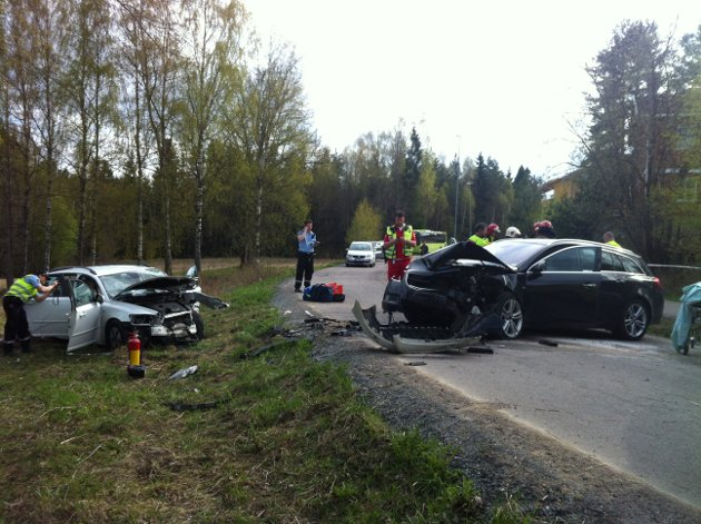 TIL ULLEVÅL OG AHUS: Det satt tre personer i hver av de to bilene som frontkolliderte på Orderudvegen tirsdag ettermiddag.