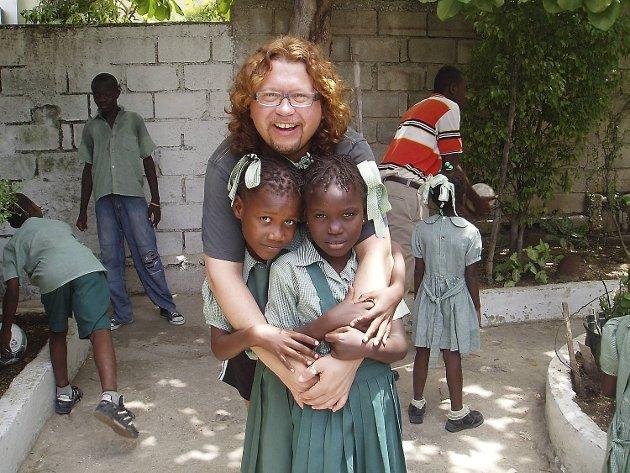 Prosjekt Haitis Kjell Bjørgvin Nilsen jubler over engasjementet til bergenskunstnerne. Her sammen med to av barna på skolen Petit Troll.