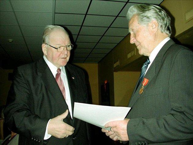 Kongens gull: Daværende fylkesmann og søskenbarn, Alv Jakob Fostervoll (til venstre) fikk æren av overrekke Kongens Fortjenstmedalje i gull til Einar Sæter i 2002. Arkivfoto: Ole Ragnar Ekren