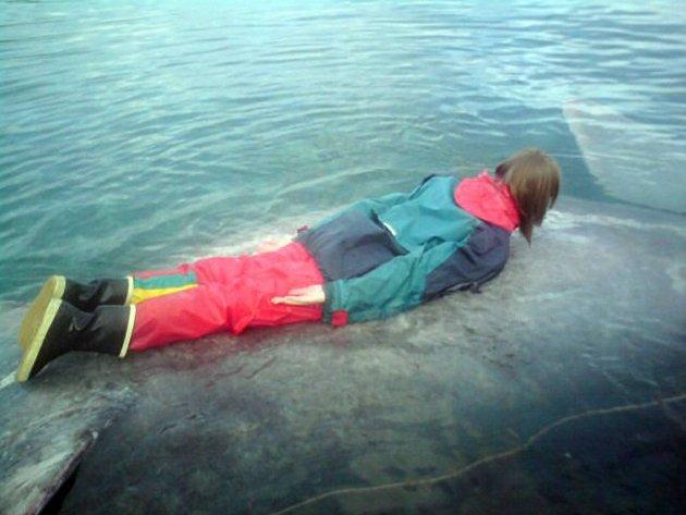 PLANKER: Ellen Olsen gjorde sitt livs første planke på en død hai utenfor hytta i Brenngam.