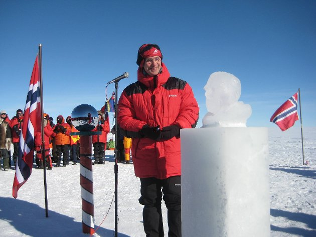 Statsminister Jens Stoltenberg ved siden av isskulpturen av Roald Amundsen som ble avduket på Sydpolen onsdag. Avdukingen ble gjort under markeringen av at det 14. desember er 100 år siden Amundsen nådde klodens sørligste punkt.