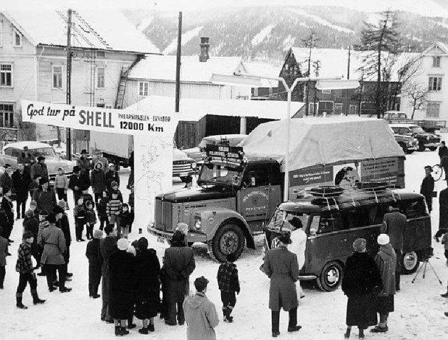 Det var folkefest i Mo sentrum da bilen med is fra Svartisen ble vinket god tur på reisen mot sørlige strøk.