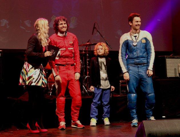 Sirkus Eliassen sammen med kveldens programledere, Noah og Hege.