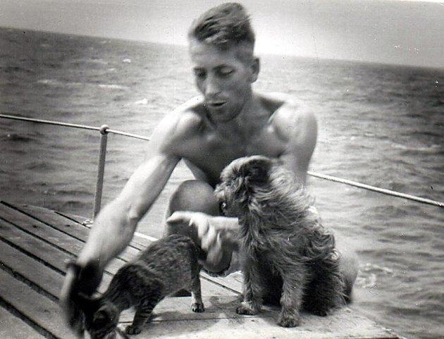FOR 70 ÅR SIDEN: 30 år gamle Helge Solvang sammen med hunden Susanna og skipskatten på MS «Ogna» under krigen.