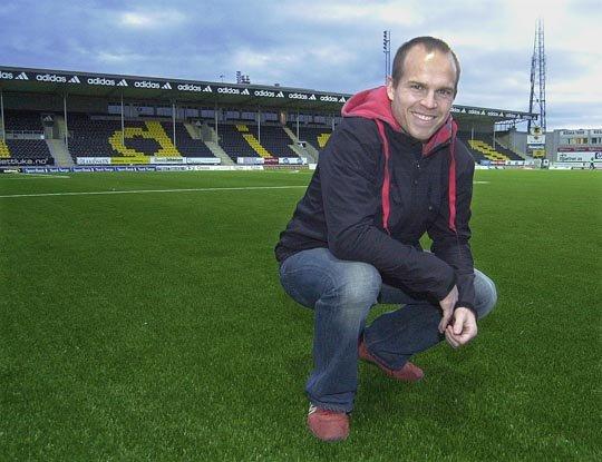 Glimt-backen Vegard Sannes jobber deltid som representant for firmaet som leverte kunstgresset til Aspmyra stadion. Han opplever til stadighet at kunstgresset i Bodø blir omtalt som Norges beste.
