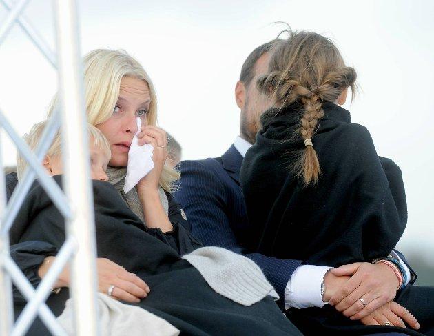 En rørt kronprinsesse Mette-Marit under feiringen av 75-årsdagene til kong Harald og dronning Sonja.