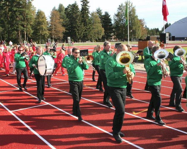 FØRST UT: Første runde på banen ble gjort av Lillestrøm byorkester.