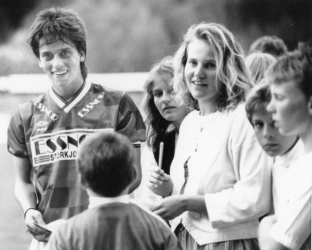 Sesongen 1989: Dag Riisnæs debuterer for KIL og scorer 1-0 mot Rosenborg etter fire minutters spill. Her må han skrive autograf til beundrerne. Foto: Ole-Johnny Myhrvold