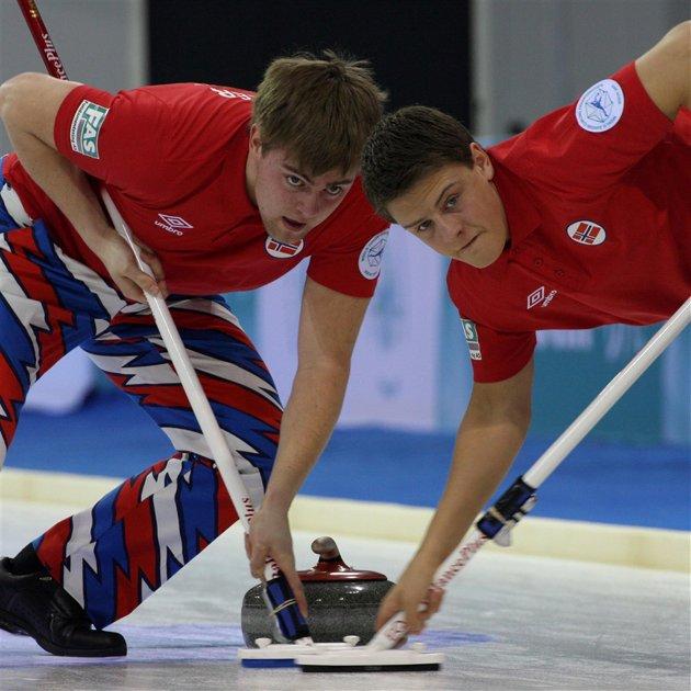 FÅR DET TØFT:  Opdalingene Martin Seaker (til venstre) og Wilhelm Naess får det tøft når de skal forsvare de norske fargene mot Russland i dag i junior-VM i curling. Foto: Richard Gray
