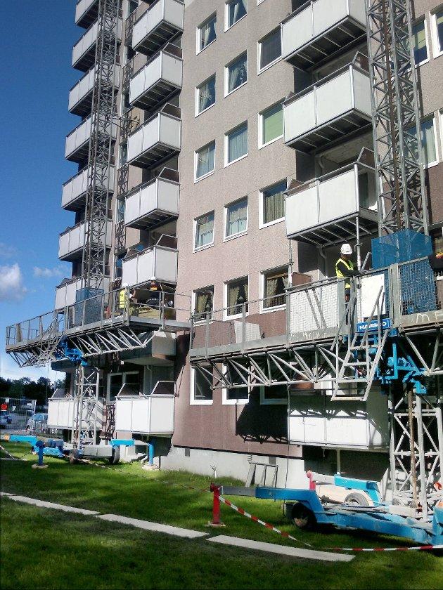 Har du balkonger av denne typen, er det kanskje på tide å vurdere brannsikring også i din blokk.