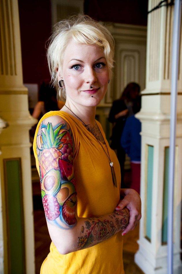 Karoline Hilles tatovering gjør henne glad. - Heldigvis gjorde det ikke så vondt å ta den, forteller hun til ba.no.