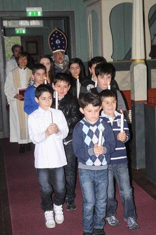Armenske barn med tente lys ledet an i prosesjonen inn i kirken.