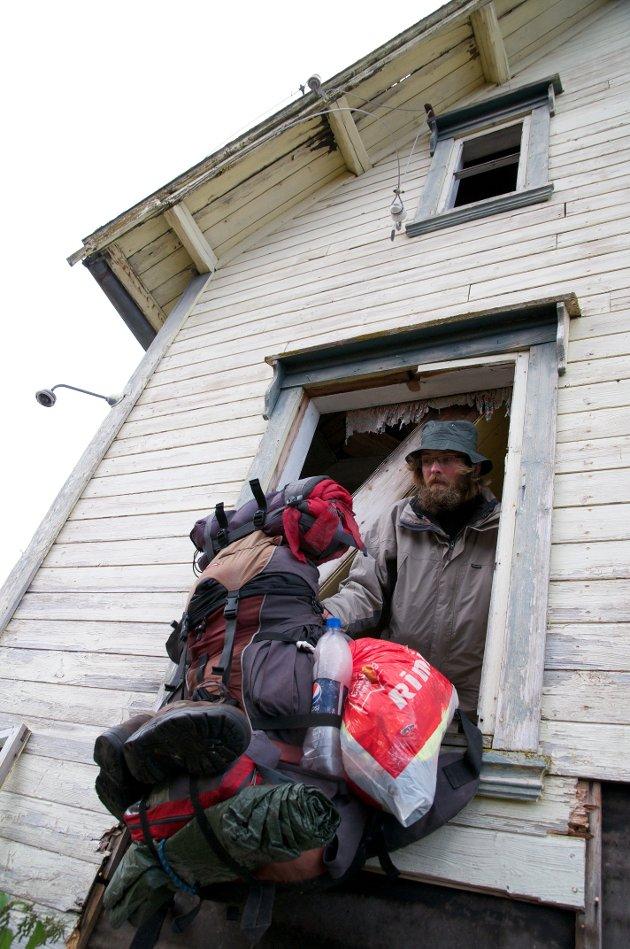 TUNGT: Alt han eier bærer Osterland på ryggen. Av og til kan det være tungt å få med seg alt som trenges.
