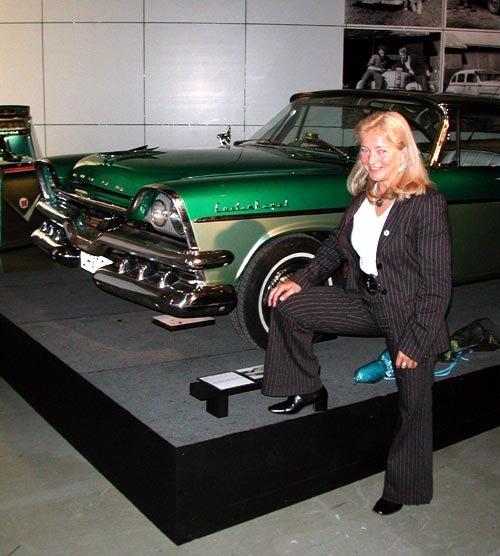 DRØMMER TILBAKE: Lillehammers ordfører Synnøve Brenden Klemetrud som åpnet utstillingen, innrømmet gjerne at hun hadde en fortid som «raggar-brud» i Lillehammers gater. Hun var ikke helt sikker på om det var guttene eller bilene som gjorde mest inntrykk på henne den gangen! (Foto: )