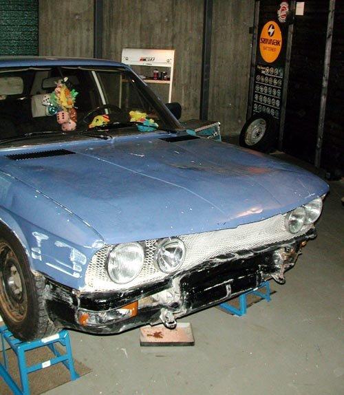 UTA KRANK OG INNI BLANK: En eldre BMW, her plassert på verksted. Inni er bilen rikt dekorert. (Foto: )