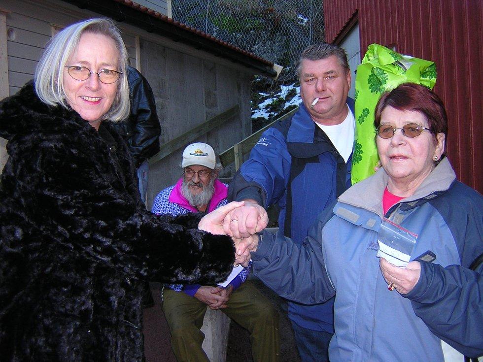 GLEDE: Jan Erik Finholdt og Karen Tejls var glade for å kunne flytte inn i ny leilighet til jul. Ordfører Gerd Monsen delte ut nøkler og blomster.
