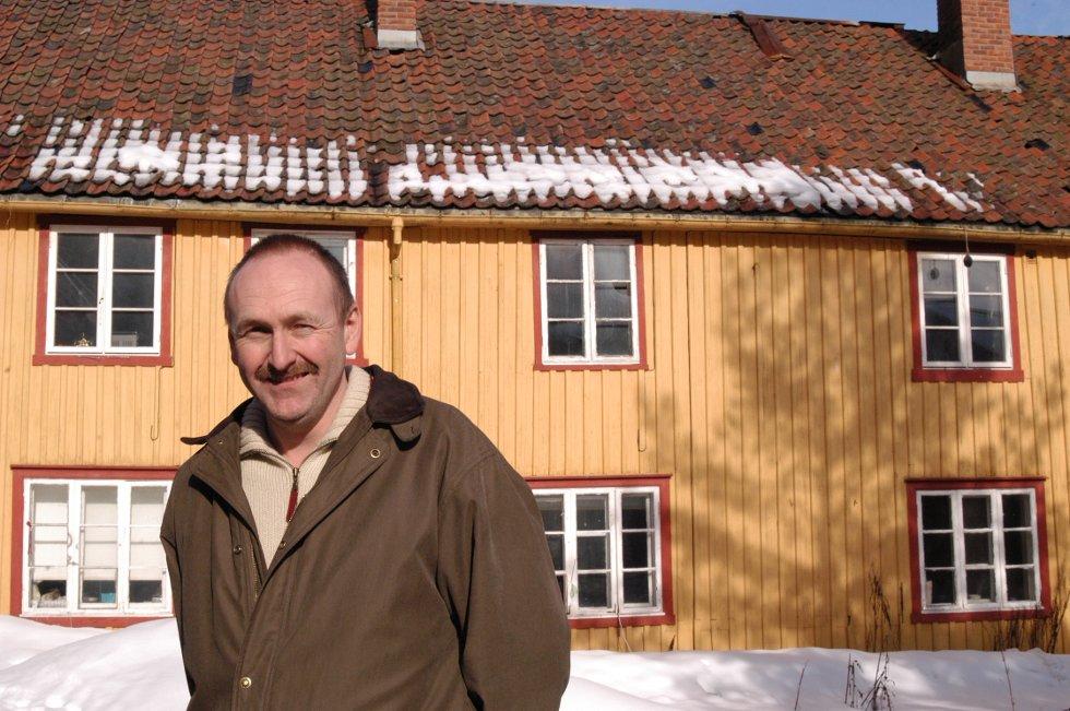STORT ANSVAR: Riksantikvaren har fredet Kirkegata 7, det gamle fattighuset.  Driftssjef Kai Roger Letmolie i Holmestrand kommune skal se nærmere på bruken av huset, og hva som må gjøres med det i løpet av våren.