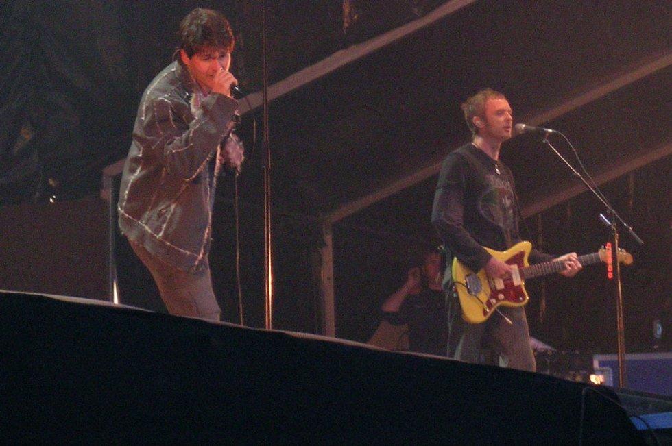 Morten Harket flirtet med publikum under A-ha-konserten på Vågen fredag. (Foto: Henning Jensen)
