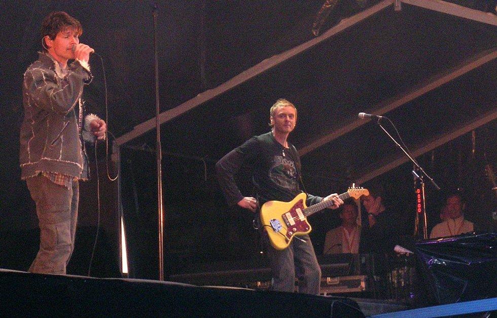 Morten Harket og Paul Waaktaar på scenen i Bergen. (Foto: Henning Jensen)