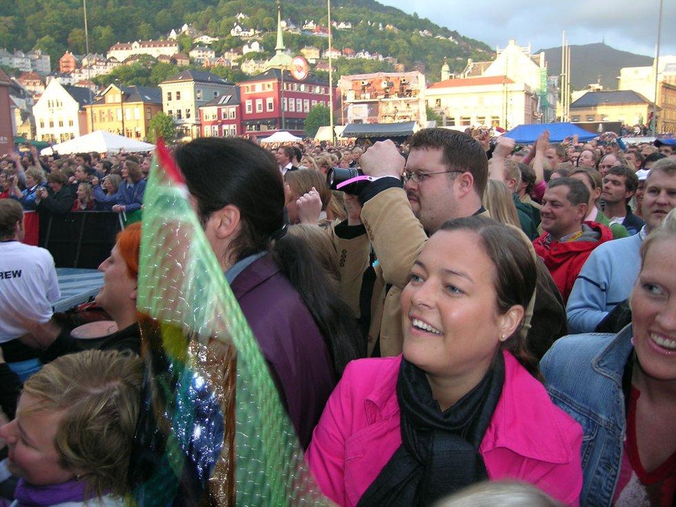 Heltene kommer snart på scenen. Folk venter i spenning, og der kommer A-ha. (Foto: Henning Jensen)