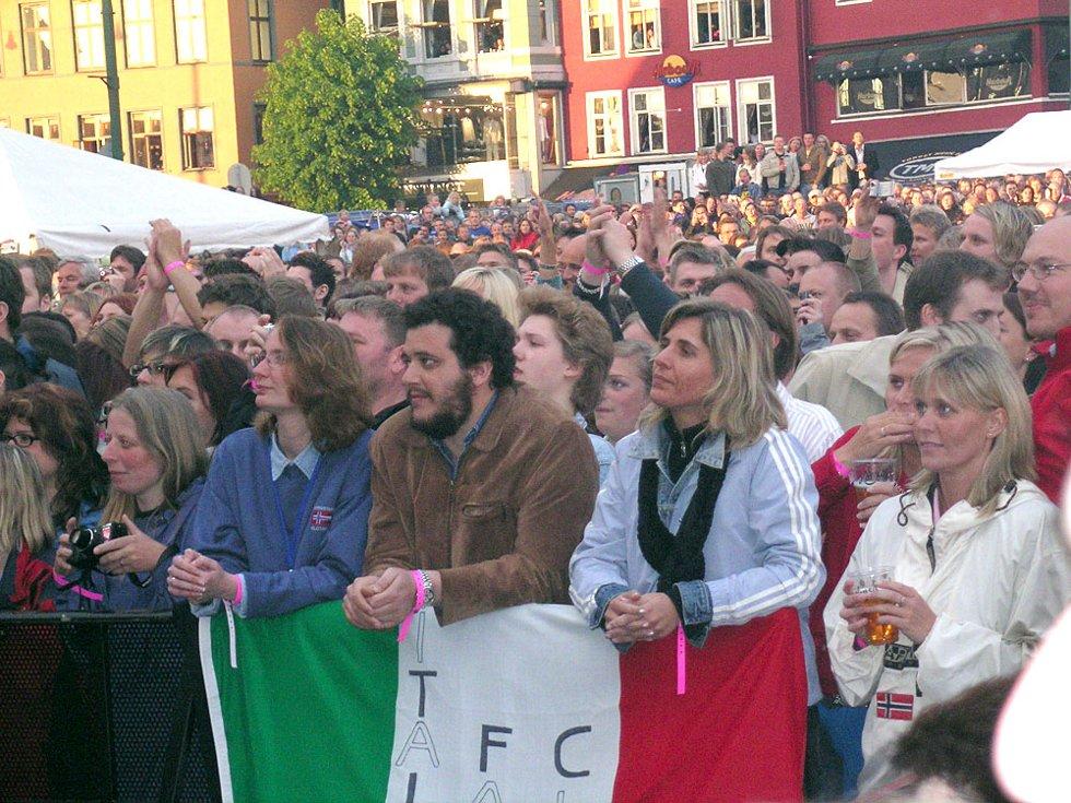 Tusenvis av bergensere, tilreisende og turister koste seg under A-ha-konserten på Vågen Fredag. (Foto: Henning Jensen)