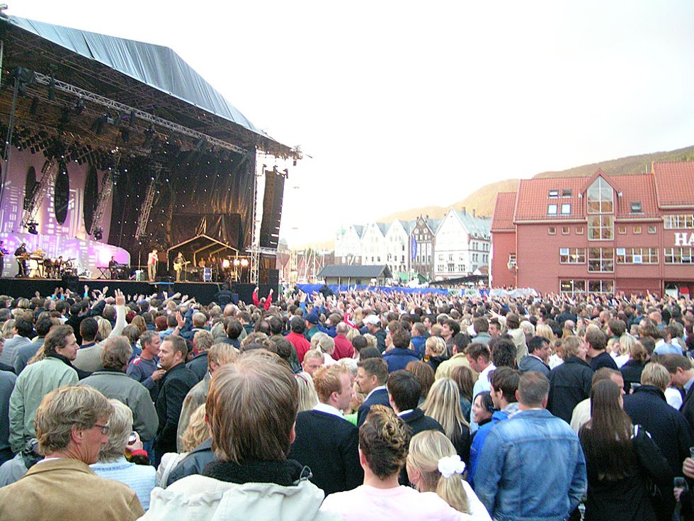 Tusenvis av bergensere fikk med seg A-ha-konserten under Bergen Folkefest fredag. (Foto: Henning Jensen)