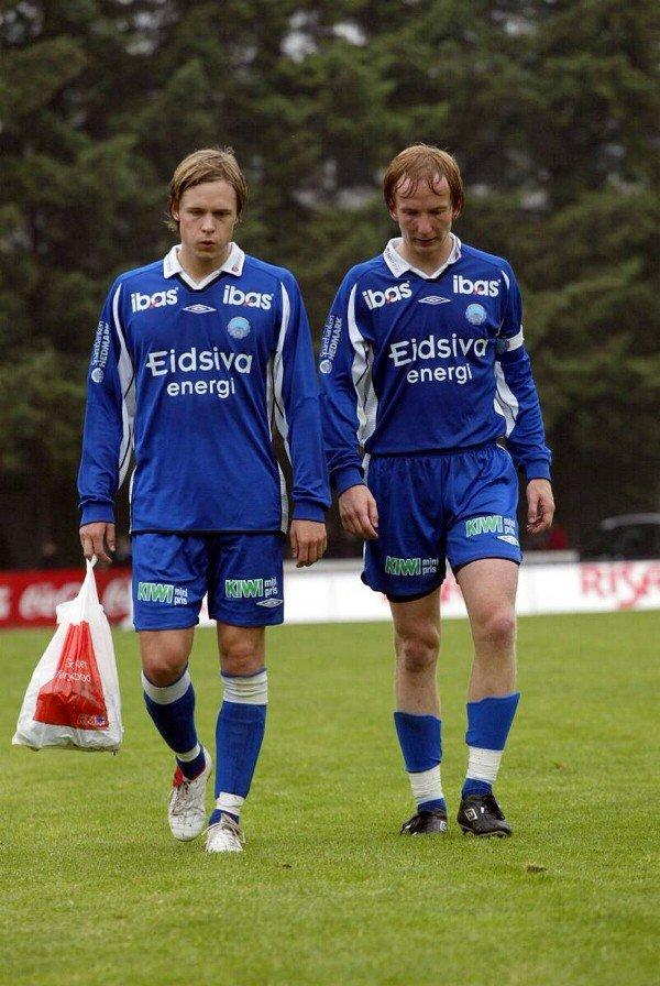 Skuffelsen lyser av Einar Kalsæg (t.v.) og Harald Stormoen etter 1-5 på Bryne stadion. (Foto: Petter Geisner)