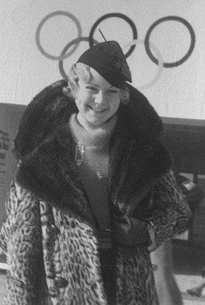 23 år gammel i 1936 kom Hennie til Garmisch Partenkirchen og vant kvinnenes kunstløp.              Her fikk hun sin tredje gullmedalje. En uke senere vant hun sitt tiende VM, og satte en rekord som ennå ikke er brutt.              I løpet av de ti hektiske årene feide hun bokstavelig talt over alle verdens isparketter og gjorde konkurrentene til måpende tilskuere. Tre OL-gull etter hverandre, 10 VM-gull i løpet av like mange år, seks EM-gull og åtte NM-titler gjør at navnet til jenta fra Oslo Skøiteklub for all tid vil stå skrevet med herlig gullskrift i norsk idrettshistorie. (Foto: IOC Olympic Museum Collections )