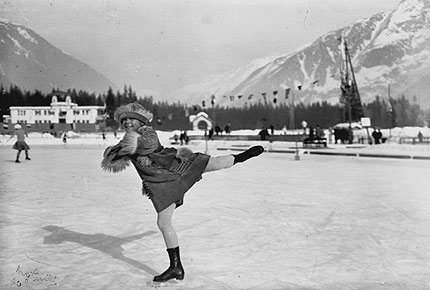Fordi hun var så uerfaren måtte hun avbryte programmet sitt flere ganger for å spørre treneren hva hun skulle gjøre videre.  (Foto: IOC Olympic Museum Collections/COUTTET Auguste )