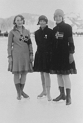 Under OL i St. Moritz i 1928 vant hun gull etter at seks av sju dommere plasserte henne først. Her er hun sammen med de andre norske deltakerne under kvinnenes individuelle kunstløp. F.v: Edel Randem (13. plass) Sonja Henie (1. plass) og Karen Simensen (16. plass). (Foto: IOC Olympic Museum Collections/MEEKÄMPER E. )