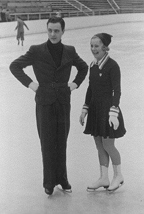 Gullvinnerne fra OL i Garmisch Partenkirchen: Karl Schäfer fra Østerrike og Sonja Henie.              Da hun tok av seg skøytene, fikk hun en karriere innen filmen og ble en stor stjerne i Hollywood. Hun var blant annet med i «Thin Ice» (1937) og «Sun Valley Serenade» (1941).  (Foto: IOC Olympic Museum Collections )
