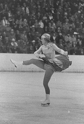 Sonja Henie under fjernsynsoverføringen fra OL i Garmisch.                           Den norske jenta ble raskt populær. Da hun opptrådte som i New York og Praha måtte politiet holde begeistrede folkemengder unna.  (Foto:  IOC Olympic Museum Collections )