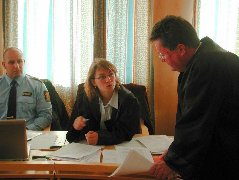 I retten. Aktor, politiadvokat Margrete Torseter flankert av advokat Tor Haug (t.h.) og politibetjent Johnny Langmo.