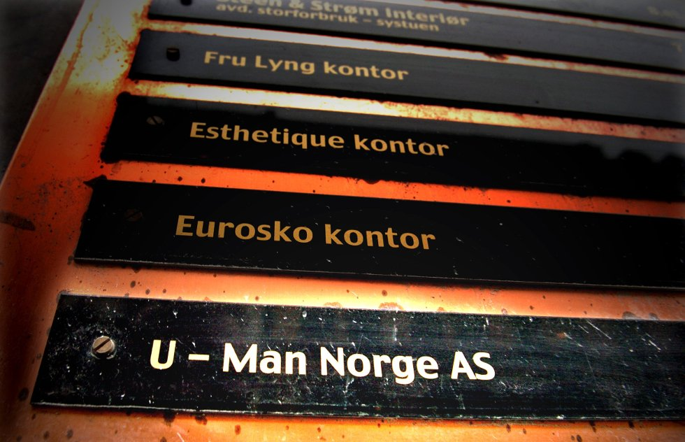Daglig leder i U-Man Norge, Ivar Bruvoll, sier han ikke vil bruke tid ikke å stille opp på bilde. Han mener at hensikten til Avisenes Nyhetsbyrå (ANB) er å så tvil om rekrutteringsbyråets integritet og koble selskapets virksomhet til scientologikirken.