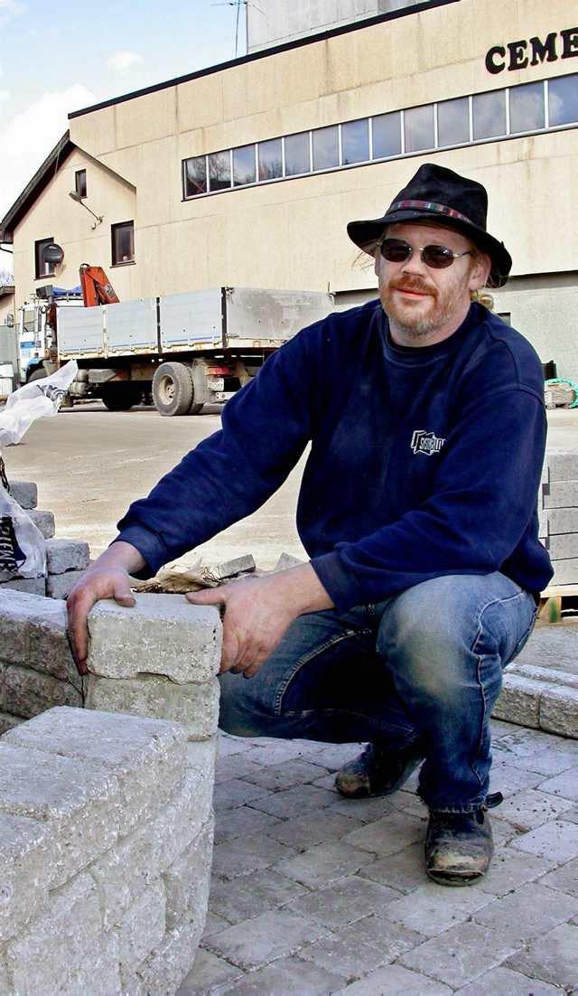 System: Mursystemet Pisa 2 stables tørt. Øivind Pedersen fra Systemblokk viser fram den nye steinen som er tromlet, og som gir et antikk preg.