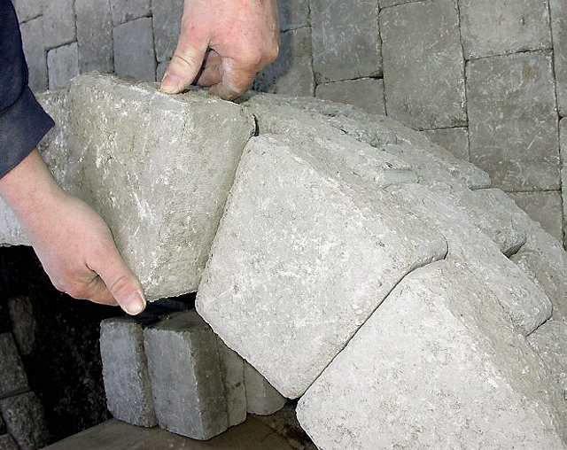Enkelt: Denne murtypen kan du stable tørt. Støttemuren er laget med et spor på oversiden som passer i et spor på undersiden. Den skal bare stables og ikke mures.