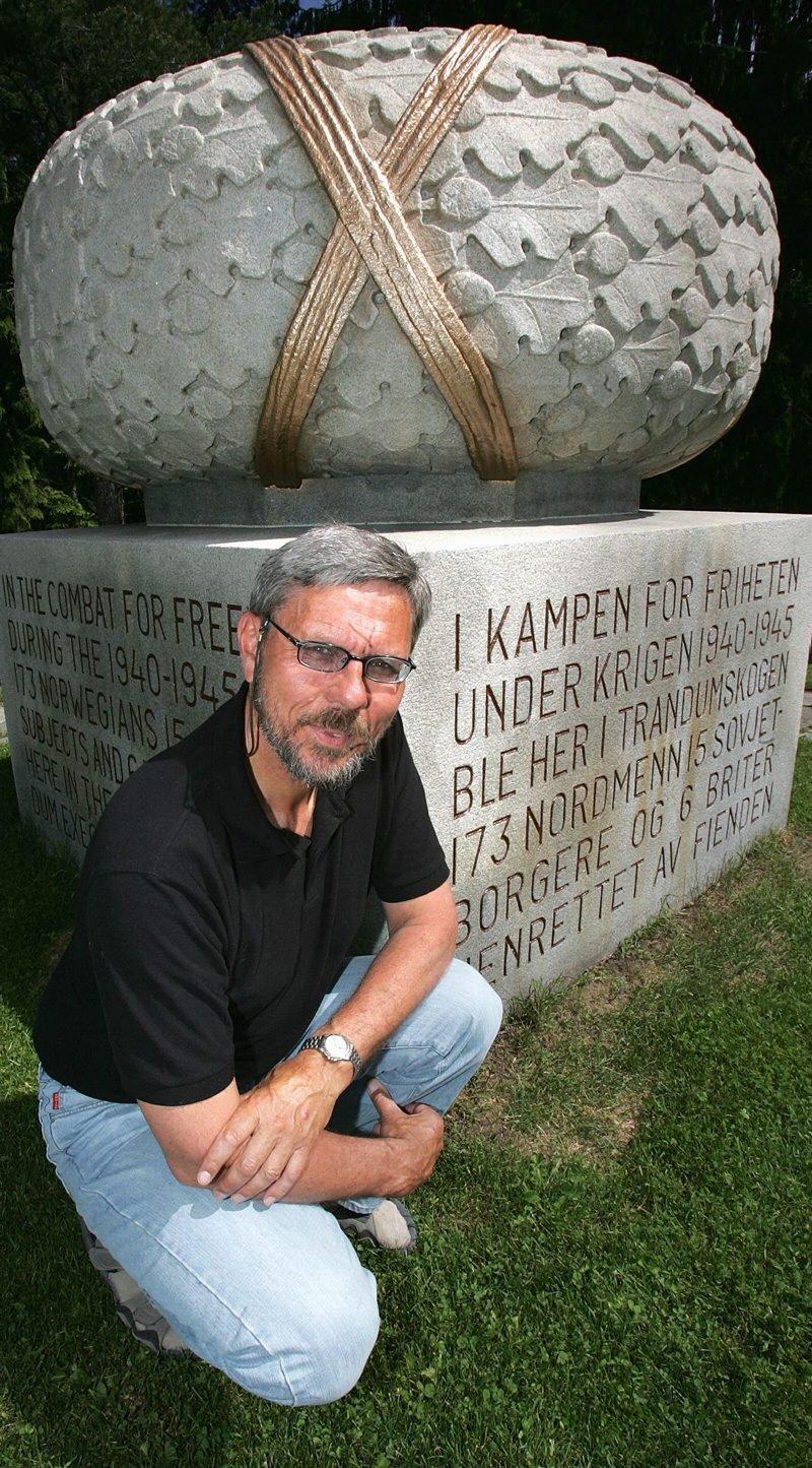 SAMHOLD: ? Dette minnesmerket er så flott! Laurbærbladene symboliserer død, men også samhold. Og båndene rundt gjør dette symbolet enda sterkere, sier historielærer Gunnar Horverak.