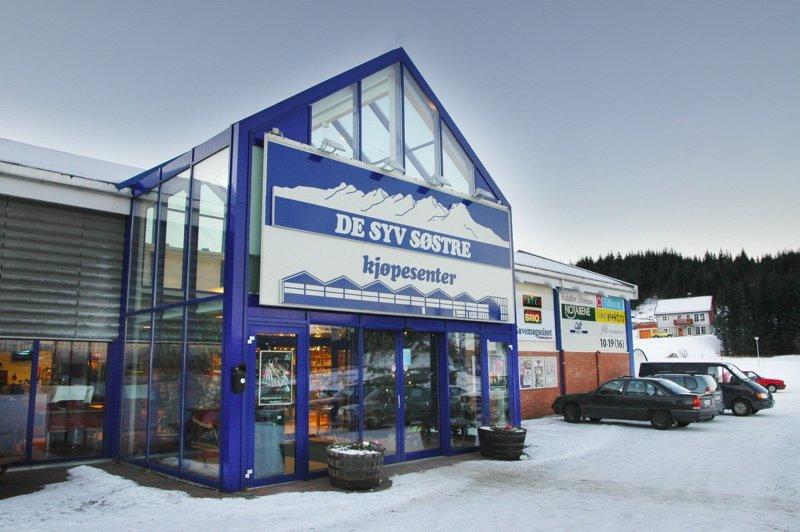 MER MANGFOLDIG: De Syv Søstre Kjøpesenter i Sandnessjøen utvider og blir dobbelt så stort. Mer attraktive butikker skal fordeles på over 6.000 kvadrat når nybygget står ferdig, kanskje i løpet av 2006.      (Foto: Tor Martin Leines Nordaas)