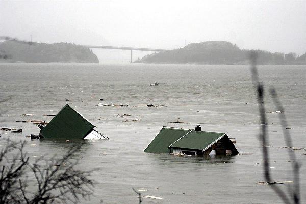 HUSET FORSVANT: Den gamle brua røk, deretter nybrua over  Lauvsneselva  før bolighuset forsvant i vannmasene. FOTO: OLE MARTIN DAHLE