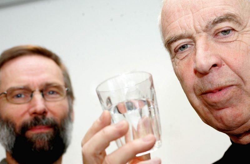 GODT NOK: Verken kommunelege Pål Kippenes (t.v.) eller fagsjef for kommunalteknikk, Anders Røslie, frykter at asbest i drikkevannet er en helserisiko i Eidsvoll.     ? Vann er sunt og godt også i Eidsvoll, sier de. FOTO: LISBETH ANDRESEN