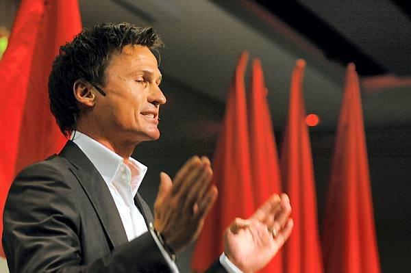 Petter Stordalen talte 1. mai. Den selverklærte kapitalisten mener arbeiderbevegelsen er ute av stand til å ta skrittet ut av det gamle industrisamfunnet og inn i kunnskapssamfunnet med dagens politikk. (Foto: Steinar Schjetne, ANB)