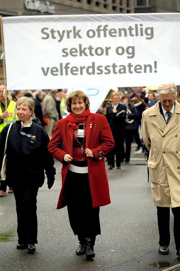 Styrk offentlig sektor og velferdsstaten lød formaningen på en rekke paroler i Oslo 1. mai. Gerd-Liv Valla gikk også i toget. (Foto: Vidar Ruud, ANB)